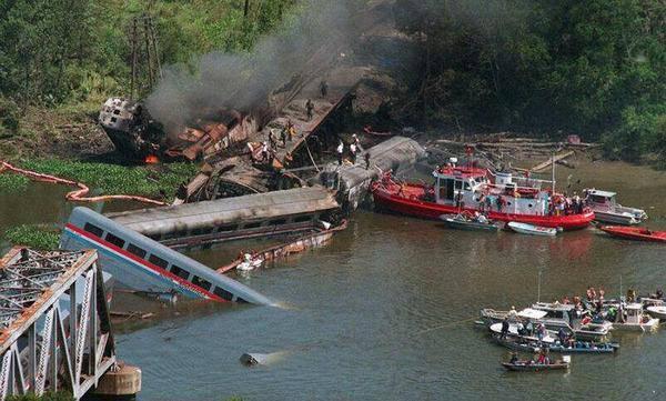 Der Führer eines sechsteiligen, mit Kohle und Eisen beladenen Schiffsverbandes irrte sich am 22. September 1993 fatal. Er verwechselte einen Seitenarm mit einer Biegung des Flusses und hielt danach im Nebel die Brücke über den Big Bayou Canot (USA) für ein anderes Schiff, an welchem er anlegen wollte. Beim unsauberen Manöver kollidierte er leicht mit einem Pfeiler. Dieser hielt dem Zusammenstoss stand, doch das Gleis auf der Brücke wurde dabei verschoben. Ein heranbrausender Zug entgleiste, riss die Brücke in den Fluss und 47 Menschen in den Tod. In anderen Fällen ist es die Kollision selber, die eine Brücke zum Einsturz bringt. So rammte 1980 ein Frachtschiff einen Pfeiler der Sunshine Skyway Bridge in der Tampa Bay in Florida. Bilanz: 370 Meter Brücke im Meer, 35 Todesopfer.