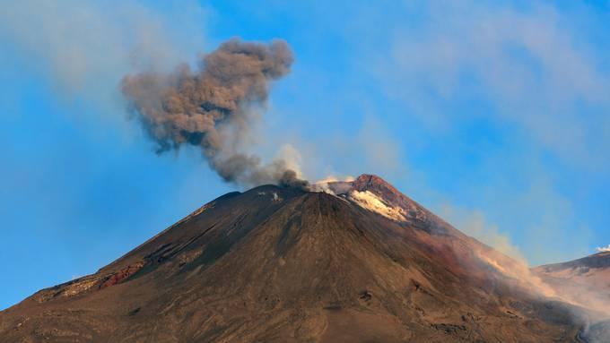 Der Vulkan Ätna ist erneut ausgebrochen und hat den Flugverkehr auf Sizilien zeitweise unterbrochen.