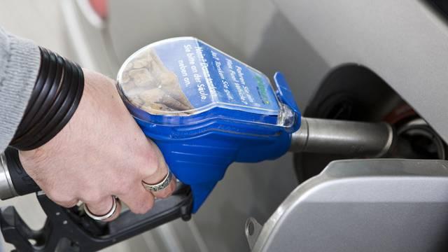 Ein Kunde tankt sein Auto mit E85 auf, einer Mischung aus 85% Ethanol aus Biomasse und 15% Bleifrei 95 (Archiv)