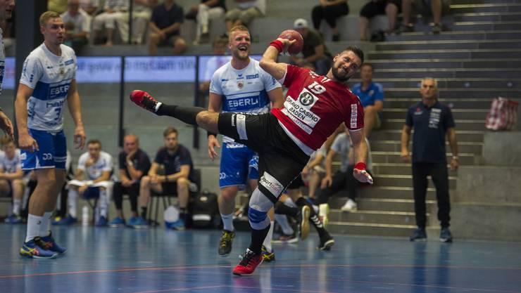 TVE-Kreisläufer Leonard Pejkovic (M.) war mit sieben Treffern der erfolgreichste Werfer seines Teams.