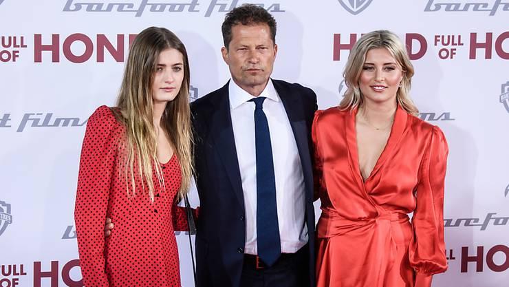 Der deutsche Schauspieler und Regisseur Til Schweiger und seine Töchter Lilli (l) und Luna Schweiger (r): Wenn Til, wie er es eigentlich vor hatte, Lehrer geworden wäre, hätte er mehr Zeit für seine Kinder gehabt, sagten sie. (Archivbild)