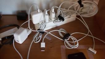 Vielfalt mit Folgen: Apple-Ladegeräte in einer Steckdose .