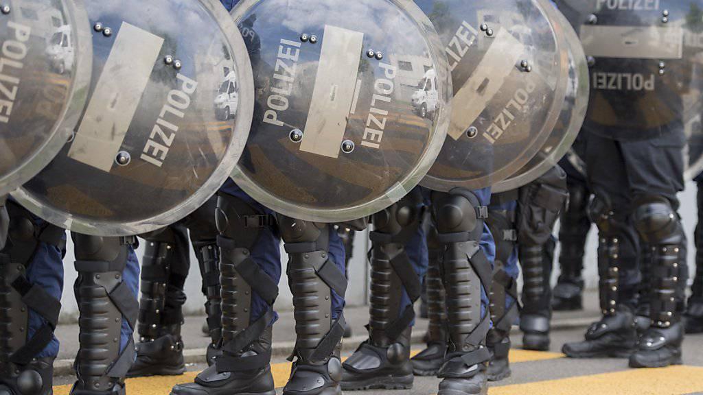 Gewalt gegen Polizisten mit mindestens zwei Jahren Freiheitsstrafe zu sanktionieren, geht dem Ständerat zu weit. (Symbolbild)