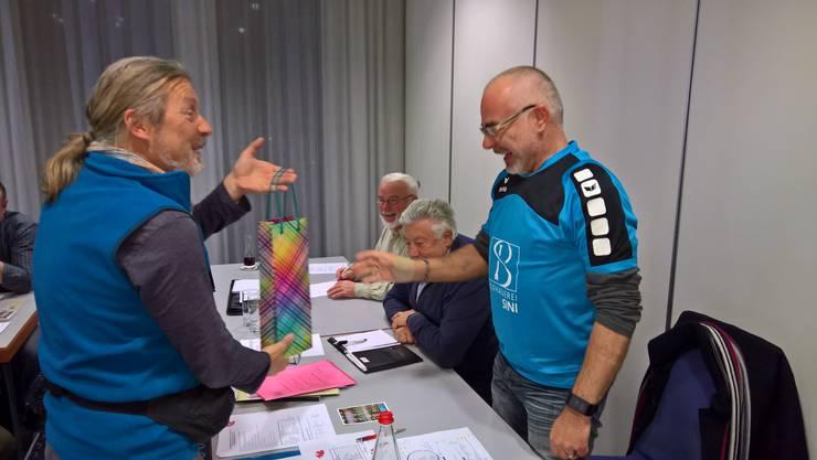 Kurt Gasche (links) übergibt dem Vorsitzenden Reto Bodenburg ein Präsent für fleissigen Trainingsbesuch