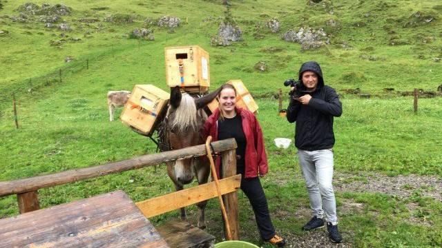 TVO-Reporter Christian Masina mit Wandercoiffeuse Giulia im Alpstein