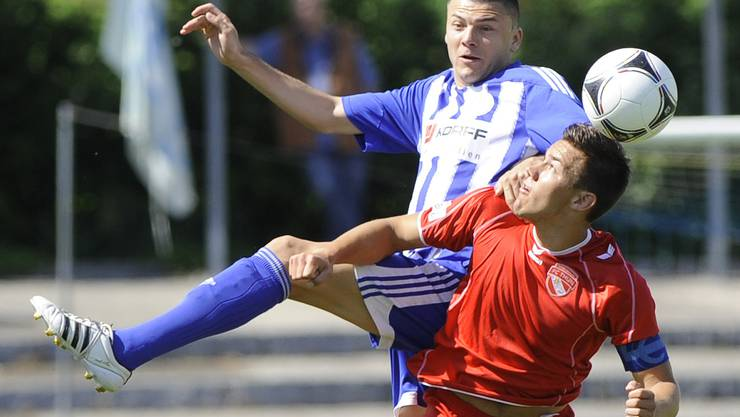 Grenchens Edin Hasanovic (l.) im Kampf um den Ball gegen Thuns David Frey