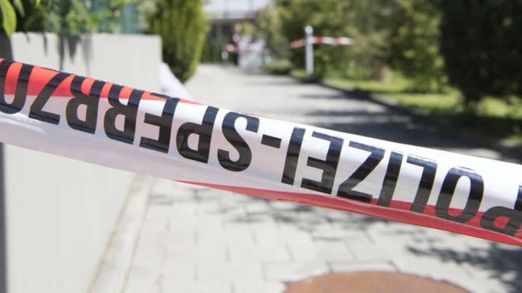 Ein Absperrband der Berner Kantonspolizei. (Archivbild)