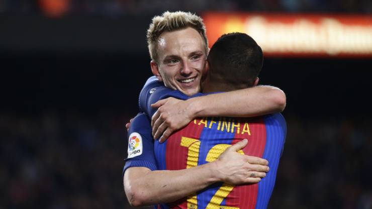 Ivan Rakitic wird noch bis 2021 seine Kollegen bei Barcelona umarmen dürfen.