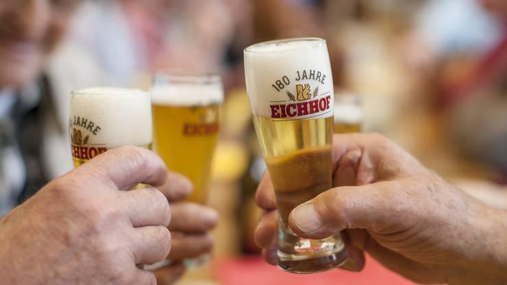 Bier besteht zu 90 Prozent aus Wasser. Die anderen Bestandteile - Hopfen und Malz - stammen nicht aus der Schweiz.