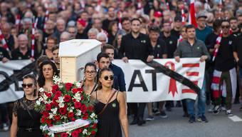 """In einem """"Trauerzug"""" zogen Projurassier Ende August nach dem Urteil des bernischen Verwaltungsgerichts durch Moutier."""