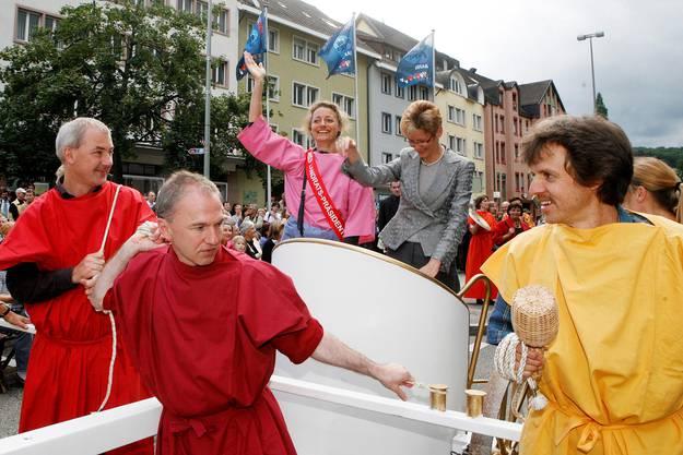 2007 wird Pegoraro zum ersten Mal Regierungspräsidentin und gemeinsam mit Landratspräsidentin Esther Maag auf einem römischen Streitwagen durchs Liestaler Stedtli gezogen, unter anderem vom späteren Regierungskollegen Isaac Reber (l.)