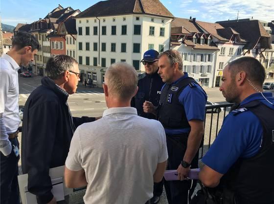 Freitagmorgen auf dem Balkon des Regierungsgebäudes: FCA-Verwaltungsrat Urs Bachmann (2.von links) bespricht mit Polizei und Kanton die mögliche Aufstiegsfeier auf dem Aargauerplatz.