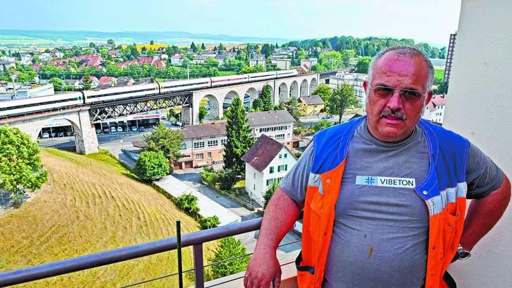 Lebensqualität:  Markus Wolf verbringt seine Freizeit am liebsten mit der Familie auf der Dachterrasse. (Bild: Urs Lindt)