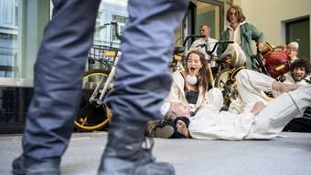 8. Juli 2019: Aktivisten vom Collective Climate Justice (CCJ) blockieren in Zürich den Eingang zur Credit Suisse.