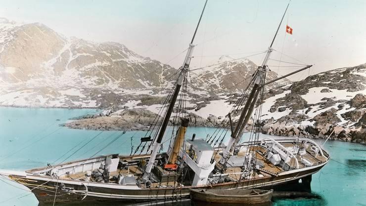 Das Expeditionsschiff «Fox» unter Schweizer Flagge an der grönländischen Küste mit den beiden Forschergruppen des Berner Geophysikers Alfred de Quervain an Bord.