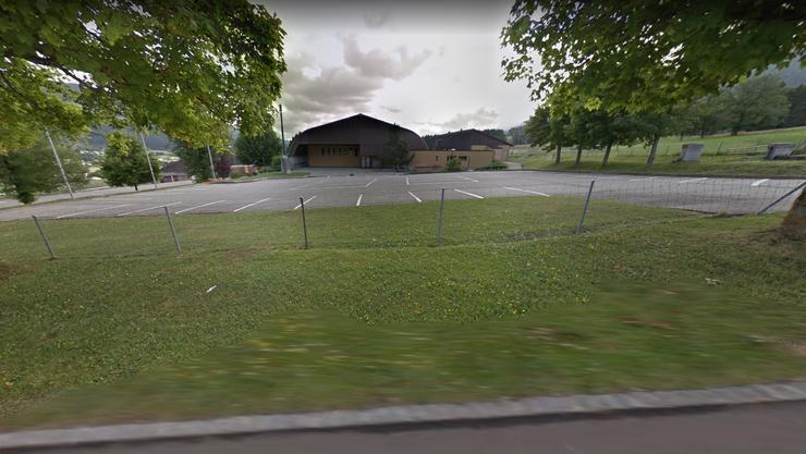 Den grausigen Fund machten Privatpersonen kurz vor Mittag auf einem Parkplatz nahe des Mehrzweckgebäudes Salle des fêtes in Reconvilier im Berner Jura