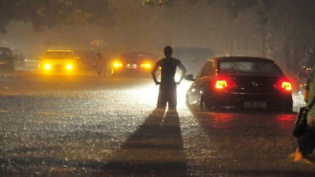 In Peking stehen Strassen unter Wasser