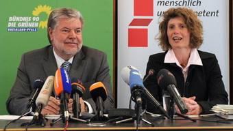 Ministerpräsident Kurt Beck (links) und die neue Wirtschaftsministerin Eveline Lemke an der Pressekonferenz in Mainz