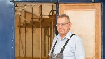 Hans Fellmann auf dem blauen Furkabahnwagen. Aufgenommen im April 2018 in der Werkstatt in Aarau. Chris Iseli
