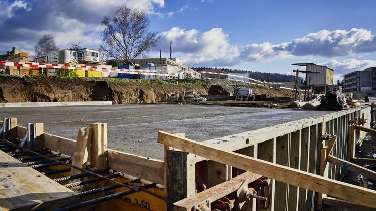 Der Beton muss 28 Tage lang erstarren, bis er die gewünschte Druckfestigkeit erreicht hat.
