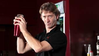 Der neue Shakers-Besitzer Ralf Heil beim Shaken. (Foto: Peter Siegrist)