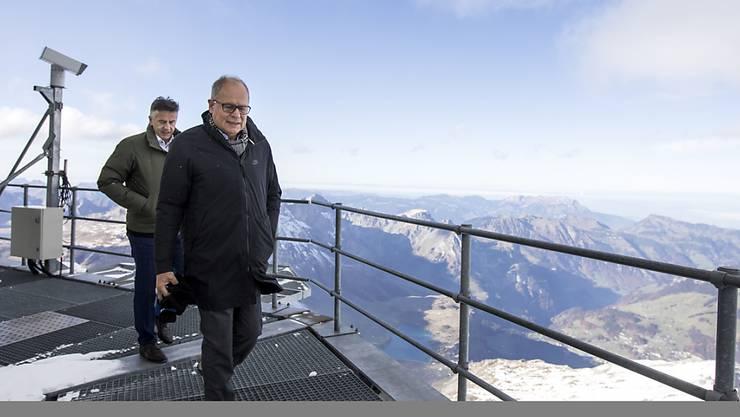 """Ein """"Leuchtturmprojekt"""" für den 3020 Meter hohen Titlis: Hans Wicki, Verwaltungsratspräsident der Titlis Bergbahnen und Architekt Pierre de Meuron auf dem Richtstrahlturm."""