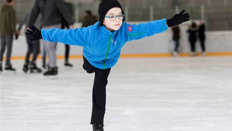 Als würde er fliegen: Orfeo Amann gleitet gekonnt über das Eis in der Urdorfer Weihermatt.