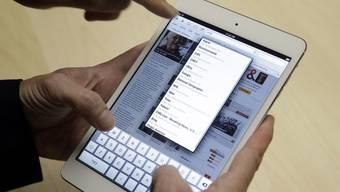 Immer mehr Schweizer Arbeitnehmer nutzen Tablet-Computer und Smartphones im Berufsalltag. (Symbolbild)