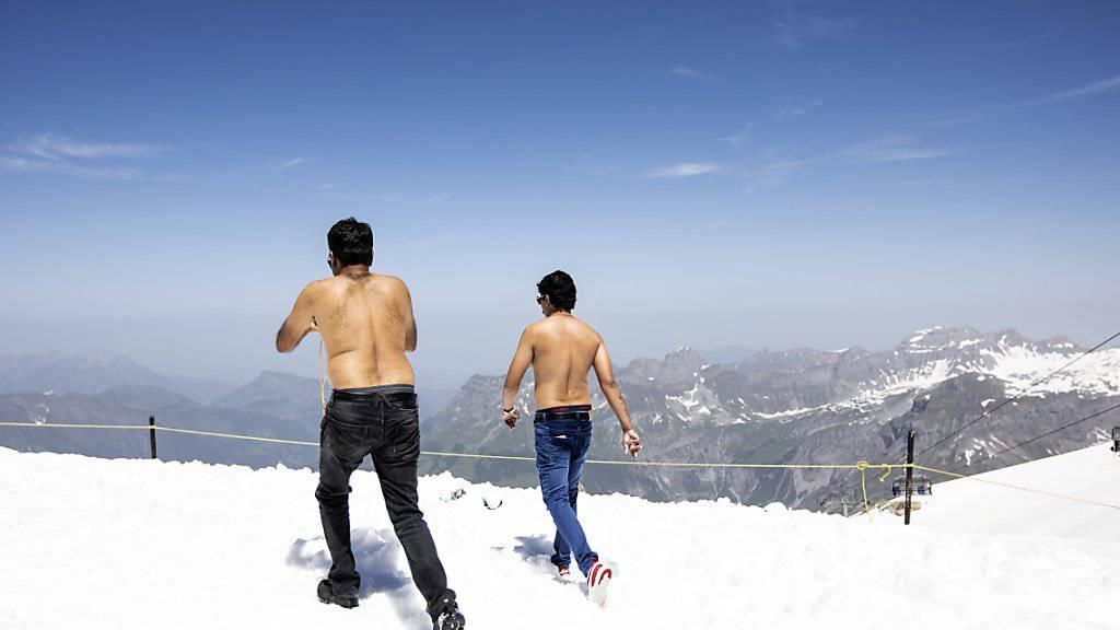 Auch in der Schweiz sind touristische Torheiten nicht ganz unbekannt: Zwei Touristen auf dem Titlis - Sonnenbrand garantiert. (Archivbild)