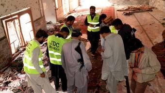 Pakistanische Forensiker sichern Spuren nach dem Anschlag