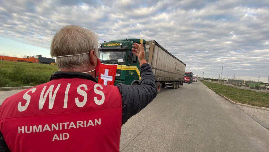 Ein Konvoi aus 144 Lastwagen mit Schweizer Hilfsgütern hat am Samstag die Kontaktlinie nach Donezk überquert.