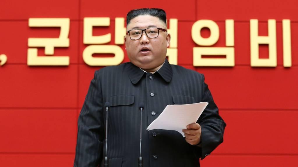 HANDOUT - Kim Jong Un, Machthaber von Nordkorea, während eines Treffens der für Städte und Kreise zuständigen Sekretäre der Partei der Arbeit Koreas. Foto: -/KCNA/dpa - ACHTUNG: Nur zur redaktionellen Verwendung im Zusammenhang mit der aktuellen Berichterstattung und nur mit vollständiger Nennung des vorstehenden Credits