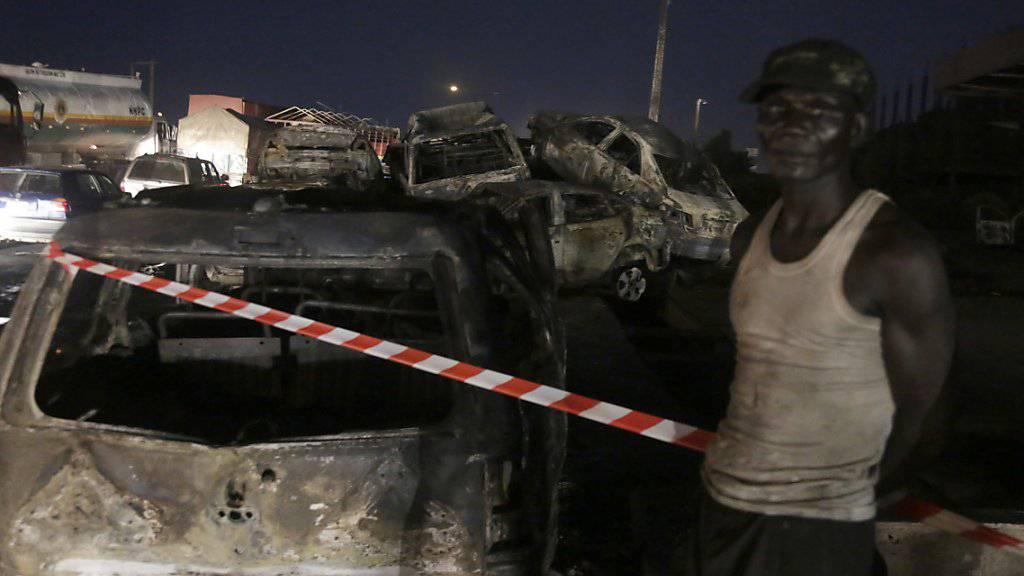 Bei der Explosion eines Tanklasters in Nigeria sind mindestens neun Menschen ums Leben gekommen - 55 Fahrzeuge gingen in Flammen auf.