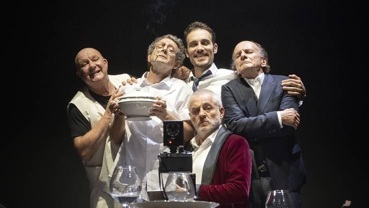 Der Abend beginnt: (v.l.) Pilet (Hanspeter Bader), Kummer (Daniel Hajdu), Traps (Matthias Schoch), Zorn (Vilmar Bieri) und sitzend Wucht (Günter Baumann).