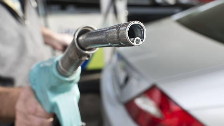 Gemäss den eigenen Tests des TCS verbrauchen die heutigen Fahrzeuge mehr Benzin als offiziell angegeben wird. Dennoch: Insgesamt sind die Wagen energieeffizienter geworden.