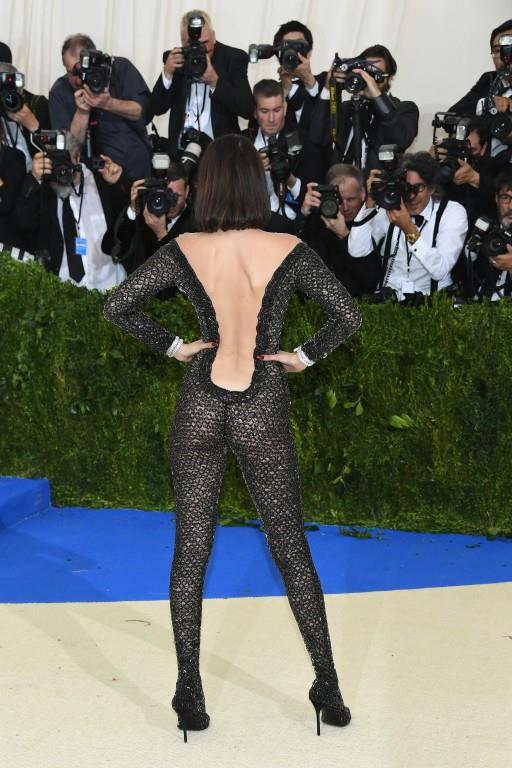 Und so sieht dieses Kleid von hinten aus.