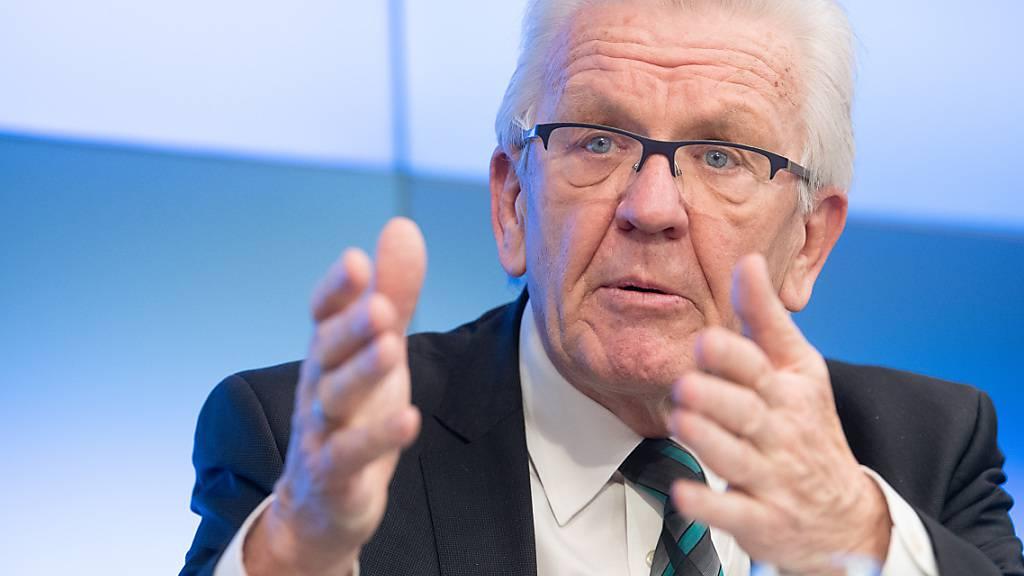 ARCHIV - Winfried Kretschmann (Bündnis 90/Die Grünen), Ministerpräsident von Baden-Württemberg, spricht während der Landespressekonferenz. Foto: Sebastian Gollnow/dpa