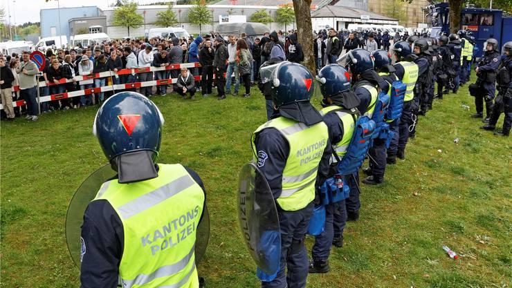 Auf einem Parkplatz vor dem Brügglifeld wurden die zugereisten FCZ-Anhänger eingekesselt: Mit Dosenbier, Musik und Fussball feierten sie ein friedliches Fest.