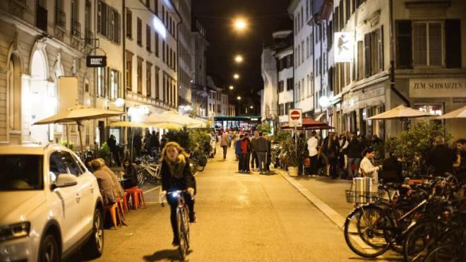 Das Nachtleben in der Rheingasse brummt, Menschen jeden Alters prosten sich zu. Foto: Roland Schmid