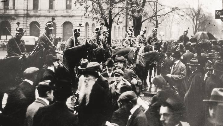 Landesstreik im November 1918: Menschen fliehen vom Münsterhof in Zürich nach Schüssen der Armee. HO