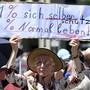 Auf dem Berner Bundesplatz haben rund 300 Personen gegen die vom Bund eingeschlagene Politik im Zusammenhang mit dem Coronavirus demonstriert.