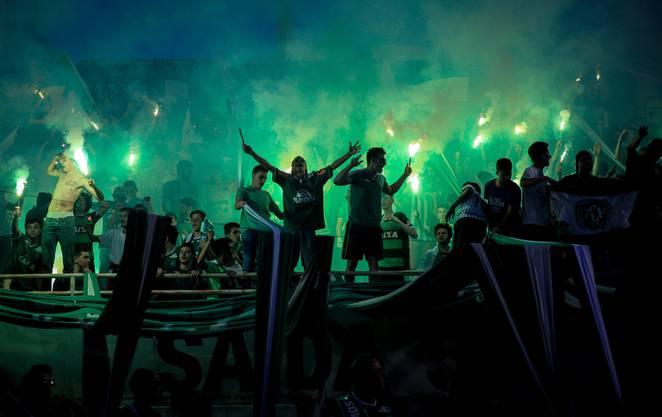 Tausende Fans strömten, in den Klubfarben grün-weiss, zu einer spontanen Trauerfeier in das Stadion ihres Vereins.