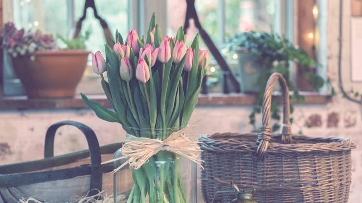 Blätter am Blumenstiel dürfen nicht ins Wasser gelangen, sonst entstehen Bakterien und die Haltbarkeit der Blumen leidet darunter.
