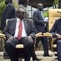 Riek Machar (links) und Salva Kiir (rechts) - hier im April 2016 nach der ersten Sitzung der Übergangsregierung - hatten sich bereits einmal auf eine gemeinsame Regierung geeinigt. (Archivbild)