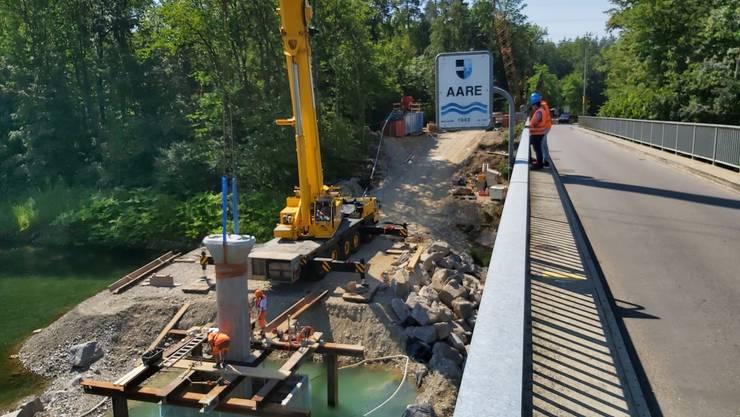 Ein erster Stützpfeiler wird eingesetzt und einbetoniert. Bild aufgenommen am 24.07.2019