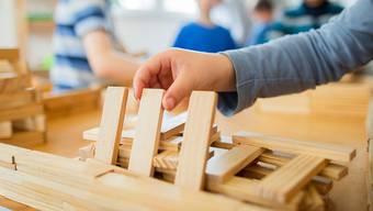 Fallen Betreuungstage in Kindertagesstätten wegen Quarantänemassnahmen aus, sollen Eltern in Basel die Kosten zurückverlangen können (Symbolbild).