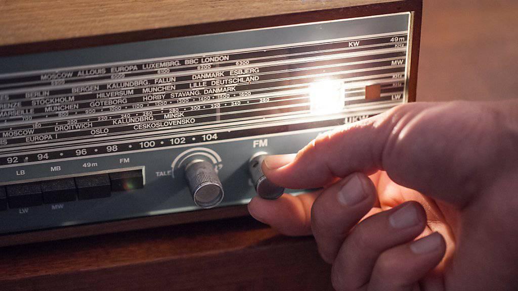 Ein altehrwürdiges und beliebtes Medium: Die Schweizer Bevölkerung hört im Durchschnitt fast zwei Stunden Radio pro Tag. (Symbolbild)