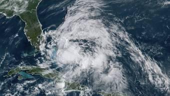 HANDOUT - Satellitenaufnahme zeigt den Hurrikan «Isaias». Foto: -/NOAA/AP/dpa - ACHTUNG: Nur zur redaktionellen Verwendung und nur mit vollständiger Nennung des vorstehenden Credits