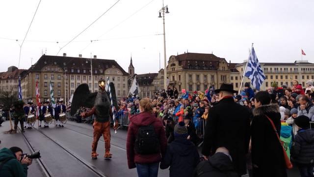 Kleinbasler Ehrentag: Vogel Gryff, Wild Maa und Leu tanzen auf der Mittleren Brücke