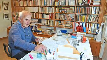 An seinem Schreibtisch hat Hans Brunner die meisten seiner Bücher geschrieben. Bild: Remo Fröhlicher